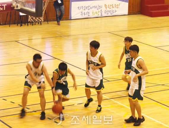 신한카드가 지적장애인 농구대회를 후원하고 있다.