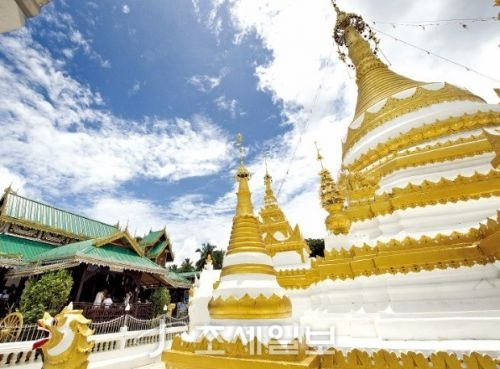황금으로 장식한 왓총캄 사원.