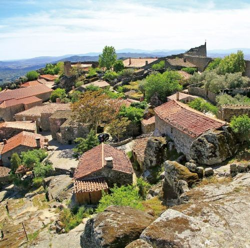둥근 성곽으로 둘러싸인 중세 마을 수르텔랴의 풍경.