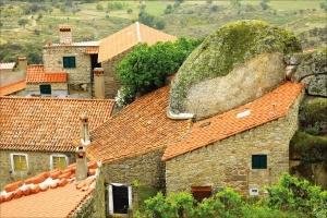 거대한 바위와 함께 사는 마을인 몬산투.