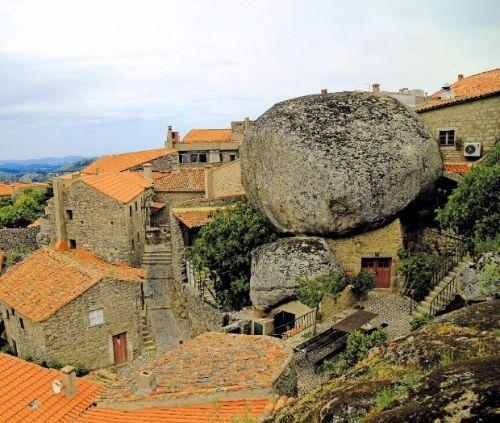 포르투갈 사람들이 뽑은 가장 포르투갈다운 마을, 몬산투의 기묘한 풍경.