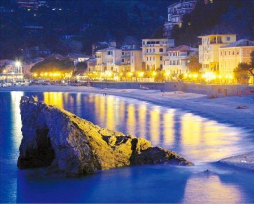 친퀘테레에서 가장 큰 마을이자 모래 해변이 있는 몬테로소.