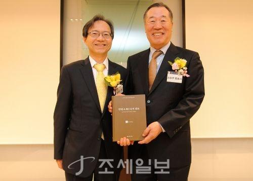 법무법인 율촌 윤세리 대표변호사가 구성원 정년을 맞이한 소순무 변호사에게 정년기념 논문집