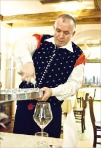 슬로베니아 전통복장을 한 식당 종업원.