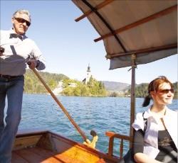 블레드 호수를 건널 때 타야 하는 전통배 플레타나.