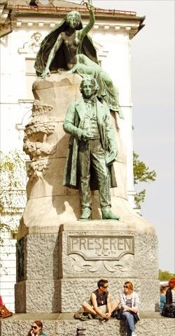 프레세롄 광장에 서 있는 시인 프레세롄의 동상.