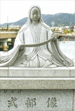 우지강에 '겐지 이야기'의 무라사키 시키부 동상
