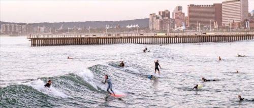 이른 아침부터 골든마일 해변에서 서핑을 즐기는 서퍼들.