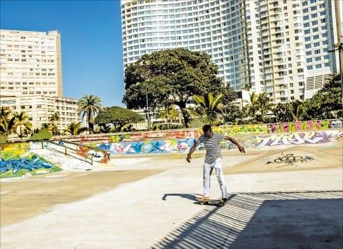스케이트보드를 타는 더반의 한 청년.