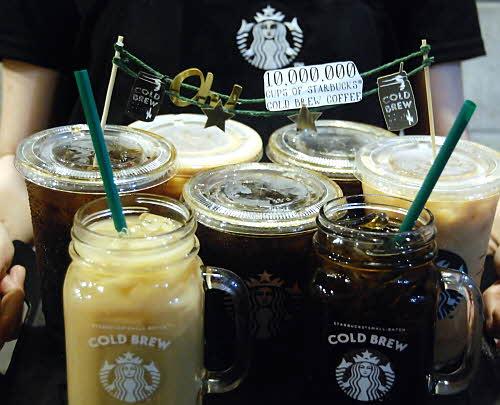 스타벅스 콜드브루 음료 연출 컷
