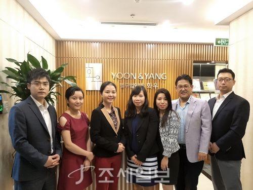 법무법인 화우는 베트남 하노이에 두번째 사무소를 개소했다고 10일 밝혔다. 사진은 화우 베트남 사무소 변호사 및 직원들과 호치민 사무소장 겸 하노이 지점장 이준우 변호사(우측에서 두 번째)