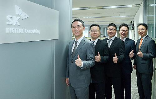 SK㈜ C&C 박종성 전무(사진 왼쪽)를 비롯한 컨설턴트들이 SK Digital Consulting 서비스 활성화를 다짐하는 모습.