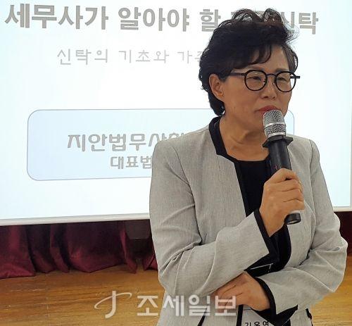 김옥연 한국여성세무사회 회장이 특강에 앞서 인사말을 전하고 있다.