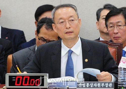 [포토]<2017 국감>답변하는 백운규