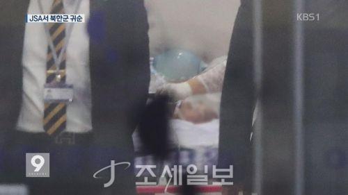 """이국종 """"귀순 북한 병사 생명엔 지장 없어"""" [사진: KBS]"""