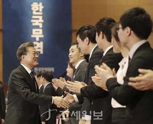5일 제54회 무역의 날 기념식에서 정부포상 및 수출의 탑 수상자들과 인사하고 있는 문재인 대통령 (사진제공=청와대)