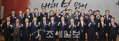 """""""한국세무사회 파이팅!""""2018년 한국세무사회 신년인사회에 참석한 국회의원 및 세무사회 임원진들이 기념촬영을 하고 있다."""