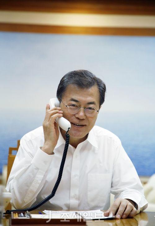 10일밤 美 트럼프 대통령과 전화통화를 하고 있는 문재인 대통령 (사진=청와대)