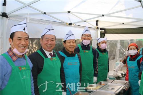 서울지방세무사회 임채룡 회장(왼쪽 두번째)을 비롯한 임직원은 지난 29일 매서운 한파가 몰아쳤던 날씨에도 불구하고 서울역에 위치한