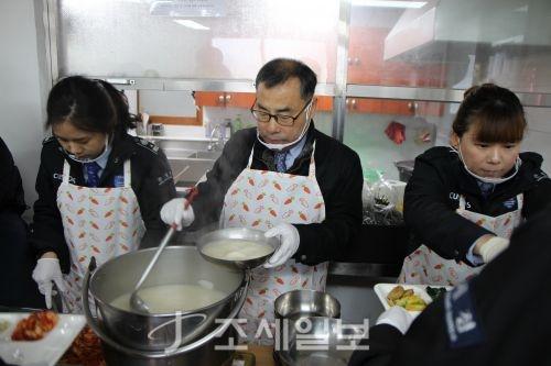 13일 김기훈 김포공항세관장(가운데)을 비롯한 임직원들이 강서구 공항동에 위치한