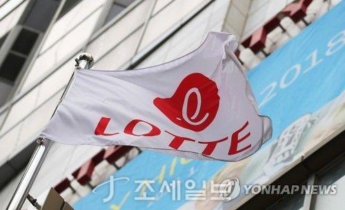 신동빈 롯데그룹 회장이 법정 구속된 13일 오후 서울 소공동 롯데 호텔 건물에 게양된 사기가 바람에 펄럭이고 있다. 법원은 신 회장에게 국정농단 사건과 관련된 뇌물공여 혐의로 징역 2년6개월의 실형을 선고했다.