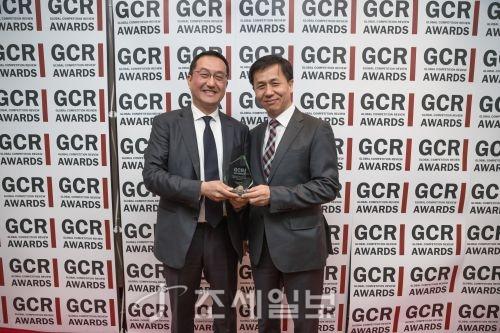 지난 10일 미국 워싱턴D.C의 Four Season 호텔에서 열린 시상식에 화우 공정거래그룹의 김재영 변호사(오른쪽)와 이세용 외국변호사(미국)가 수상자로 참석했다.