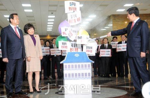 [포토]문재인 정권 헌정농단 규탄 퍼포먼스 하는 자유한국당