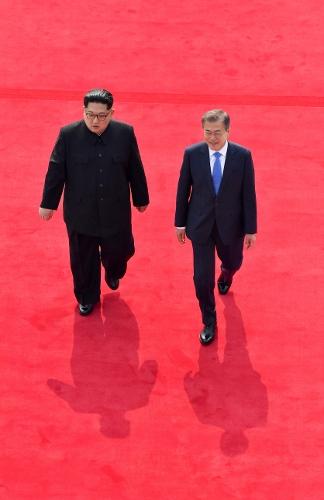 27일 판문점에서 나란히 걷고 있는 문재인 대통령과 김정은 국무위원장. (사진=사진공동기자단)