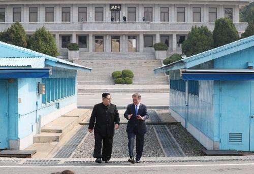 27일 만난 문재인 대통령과 김정은 북한 국무위원장. (사진=사진공동기자단)