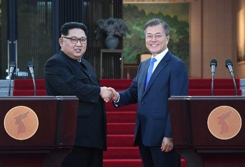 27일 공동선언문을 발표하며 악수하는 김정은 북한 국무위원장(좌측)과 문재인 대통령. (사진=사진공동기자단)