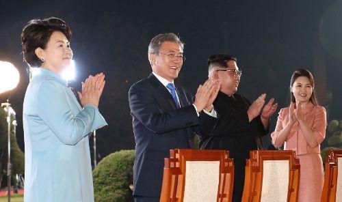 27일 오후 9시 25분 남북 정상회담 마지막 일정인 환송공연을 끝으로 문재인 대통령과 김정은 국무위원장은 역사적이고 성공적인 만남을 뒤로 한채 올 가을 평양재회를 기약했다. (사진=공동사진기자단)