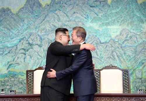 [공동선언문에 서명 후 포옹하고 있는 두 정상]
