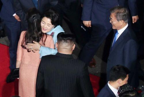 [서로 포옹하는 김정숙 여사와 리설주 여사]