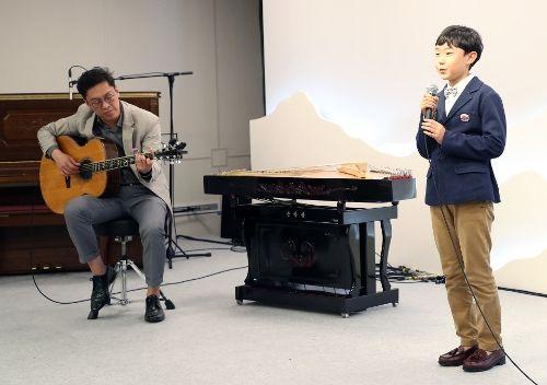 [노래부르는 오연준 군] 평창동계올림픽에서 청아한 목소리로 전세계인들의 가슴에 감동을 주었던 초등학생 오연준 군(제주도 거주)이 고(故) 김광석 씨가 부른