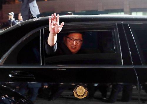 [환하게 인사하는 김정은 국무위원장]