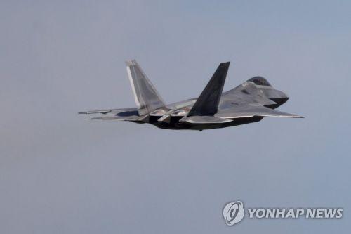 광주에서 이륙하는 F-22 랩터