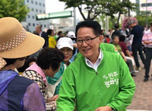 박지원 민주평화당 의원이 거리에서 유권자들에게 지지를 호소하고 있다 [사진: 박지원 의원 페이스북]
