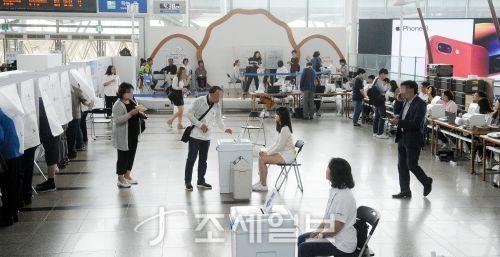 6·13 지방선거 사전투표 첫날인 8일 오전 서울역에 마련된 사전투표소에서 시민들이 투표를 하고 있다 [사진: 김용진 기자]