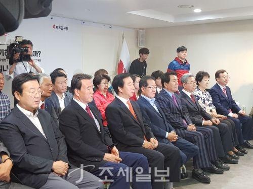 13일 출구조사 결과를 지켜보는 자유한국당 지도부. (사진=조세일보)