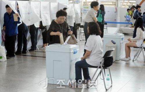제7회 지방선거에 투표 중인 유권자. (사진=김용진 기자)