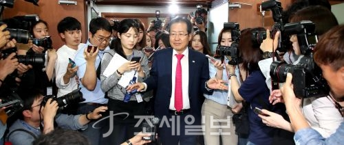 14일 홍준표 자유한국당 대표가 지방선거 패배에 대한 책임을 지고 대표직 사퇴를 발표한 뒤 당사를 나오는 모습. (사진=김용진 기자)