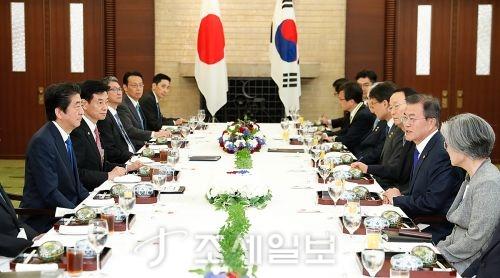 지난달 9일 한중일 3국 정상회담 차 방일한 문재인 대통령이 아베 신조 일본 총리 일행과 확대회의를 진행하고 있다 (사진=청와대)