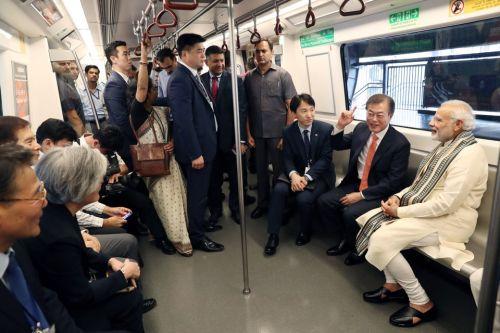 인도를 국빈방문 중인 문재인 대통령이 9일 삼성전자 노이다 신공장 준공식 참석을 위해 가던 중 모디 인도 총리의 제안으로 지하철을 타고 이동하고 있다 (사진=청와대)