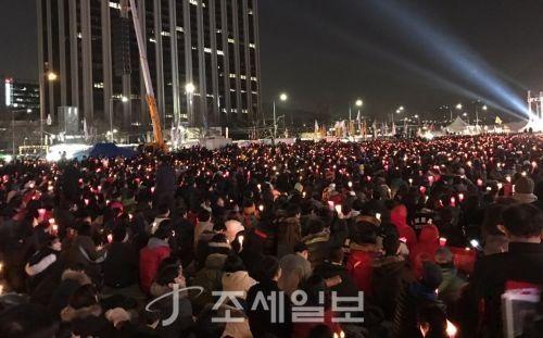 지난 2017년 펼쳐진 박근혜 전 대통령 퇴진 촉구 촛불집회에 참석한 시민들 [사진: 조세일보]