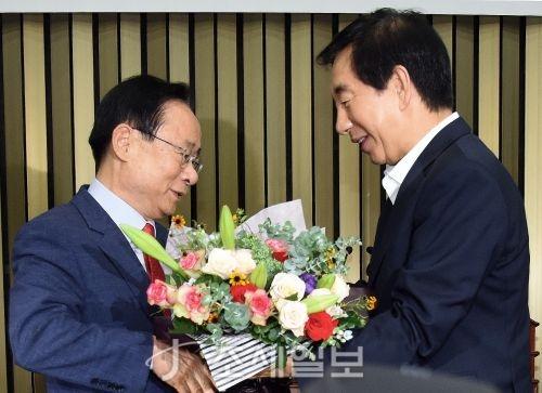 20대 후반기 국회 부의장 후보에 선출된 이주영 자유한국당 의원(좌측)이 김성태 한국당 대표 권한대행으로부터 축하 꽃다발을 받고 있다. (사진=김용진 기자)