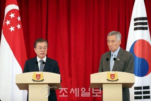 싱가포르를 국빈방문 중인 문재인 대통령과 리센룽 싱가포르 총리가 정상회담 후 공동언론발표를 하고 있다 (사진=청와대)