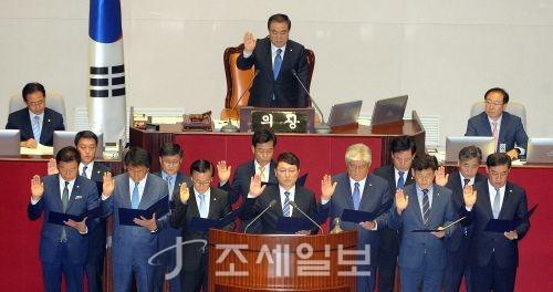 13일 국회 본회의장에서 취임 선서를 하는 재보궐선거 당선 의원들. (사진=김용진 기자)