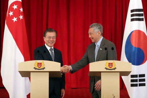 12일 한-싱가포르 정상회담 후 공동언론발표를 하고 문재인 대통령과 리센룽 싱가포르 총리 (사진=청와대)