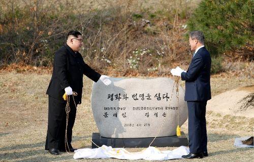 지난 4.27 남북정상회담 때 양 정상이 기념식수 후 표지석 앞에서 기념촬영을 했다 (사진=공동사진취재단)