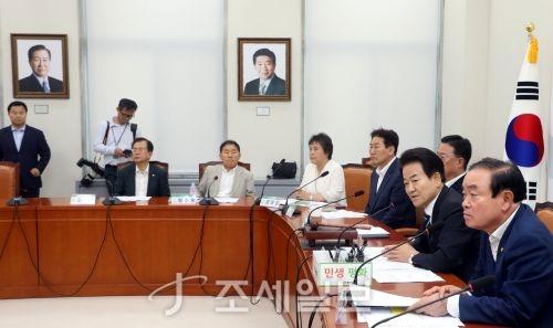 8일 민주평화당 오전 회의가 진행되는 가운데 벽면에 김대중 전 대통령과 노무현 전 대통령의 사진이 각각 걸려있다. (사진=김용진 기자)